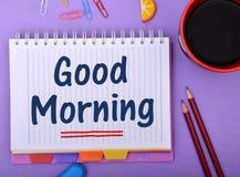 O bom dia wrriten no bloco de notas com copo de café Foto de Stock
