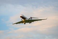 O bombardeiro BD-700-1A11 5000 M-KBSD globais antes de aterrar no aeroporto de Pulkovo Fotografia de Stock Royalty Free