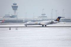 O bombardeiro CRJ-900 D-ACKD de Lufthansa CityLine aterrou no aeroporto de Munich Fotografia de Stock