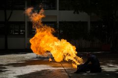 O bombeiro demonstra como suprimir o fogo dos depósito de combustível fotografia de stock