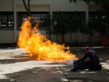 O bombeiro demonstra como suprimir o fogo dos depósito de combustível imagem de stock
