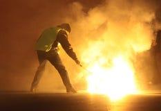 O bombeiro põr para fora o incêndio Imagens de Stock Royalty Free