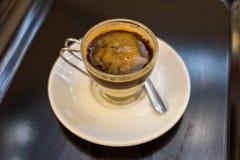 O bombon do café é uma mistura de café e de leite condensado, popular na Espanha fotos de stock royalty free