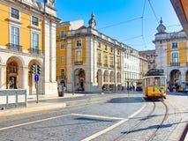O bonde amarelo famoso, LisbonPortugal fotos de stock royalty free