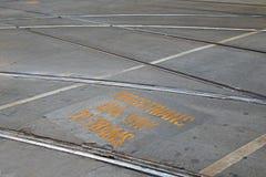 """O bonde com """"Pedestrians amarelos do signage leva ao  do trams†foto de stock royalty free"""