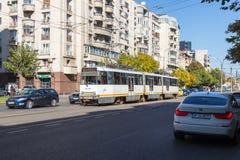 O bonde da cidade vai ao longo do bulevar Corneliu Coposu na cidade de Bucareste em Romênia Fotografia de Stock Royalty Free