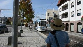O bonde da espera dos povos vai ao altstadt de Heidelberg ou à cidade velha na estação de Sandhausen video estoque