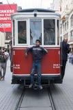 O bonde de Taksim que corre ao longo de Istiklal Caddesi em Istambul, Turquia Imagem de Stock Royalty Free