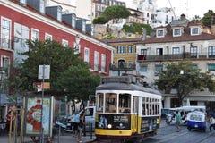 O bonde histórico 28 em Lisboa, Portugal Fotografia de Stock