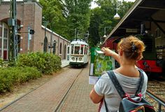 O bonde para a estação no parque imagens de stock royalty free