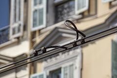O bonde preto prende o detalhe sobre a fachada urbana Foto de Stock