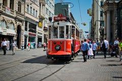 O bonde retro move-se ao longo de uma rua ocupada de Istiklal em Istambul Foto de Stock Royalty Free