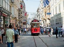 O bonde retro move-se ao longo de uma rua ocupada de Istiklal em Istambul Fotografia de Stock Royalty Free