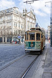 O bonde velho passa pela avenida de Aliados e pelo quadrado de Liberdade Fotografia de Stock Royalty Free