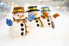 O boneco de neve está estando na queda de neve, no conceito do Feliz Natal e do ano novo feliz imagens de stock