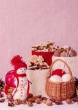 O boneco de neve feito a mão da composição do Natal com os frascos feitos malha para arrulha Imagem de Stock Royalty Free