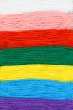 O bordado Multicolor rosqueia o fundo Fotos de Stock