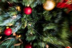 O borrão de movimento da explosão do zumbido disparou do vermelho e do decorati do Natal do ouro foto de stock