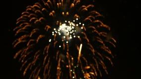 o borrão do sumário da metragem 4K do fim acima do festival colorido real dos fogos-de-artifício ilumina-se acima no céu na cena  vídeos de arquivo