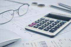 O botão da calculadora mais, vidros inventa o lápis e o rato no gráfico p Imagens de Stock Royalty Free