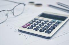 O botão da calculadora mais, vidros inventa o lápis e o rato no gráfico p Fotos de Stock