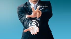 O botão da imprensa do homem de negócio sobre o dinheiro e investe imagens de stock