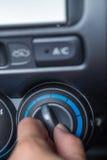 O botão da volta da mão ao temp refrigerando do carro ajusta foto de stock