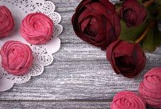 O botão de ouro vermelho floresce o guardanapo de papel laçado do zéfiro dos marshmallows brancos e cor-de-rosa do ranúnculo no f Imagens de Stock