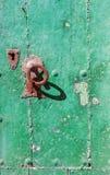 O botão de porta verde de madeira velho fotos de stock royalty free