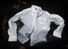 O botão dos homens acima da camisa que flutua ou que afunda-se na água Fotos de Stock Royalty Free