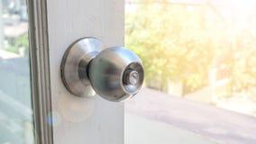 O botão na porta tem trajetos do espaço e de grampeamento da cópia foto de stock