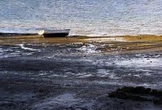 O bote é perdido em uma costa fotografia de stock royalty free