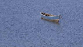 O bote deixou a flutuação na água portuária, Conakry vídeos de arquivo