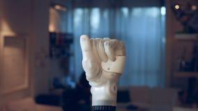 O braço biônico é de aperto e unclenching o os dedos video estoque