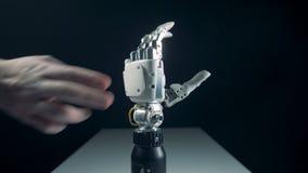 O braço biônico está sendo regulado pelo toque da pessoa vídeos de arquivo