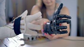 O braço biônico está fazendo alguns movimentos O mecanismo artificial do braço está sendo testado 4K filme
