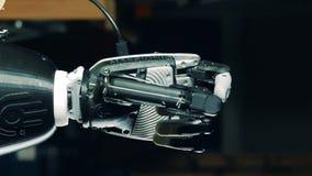 O braço Cybernetic é de redução e de aperto seus dedos vídeos de arquivo