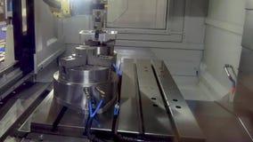 O braço do manipulador do robô coloca a peça de metal no mandril do torno da máquina do CNC vídeos de arquivo