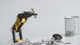 O braço do robô está tomando um parafuso Experiência com manipulador inteligente Modelo do robô industrial vídeos de arquivo