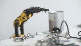 O braço do robô funciona com detalhes do parafuso e do metal Experiência com manipulador inteligente Modelo do robô industrial video estoque