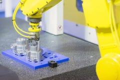 O braço do robô para toma a parte de alumínio 4 industriais fotografia de stock royalty free