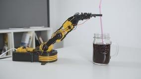 O braço do robô prepara o suco bebendo Experiência com manipulador inteligente Modelo do robô industrial video estoque