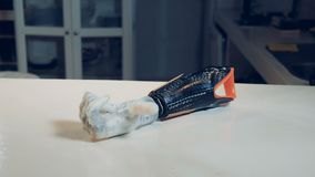 O braço robótico está encontrando-se na tabela e nos dedos moventes Robótico real humano-como o braço vídeos de arquivo