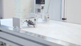O braço robótico levanta o detalhe media Do braço do uso a linha de produção robótico das peças em detalhe As peças mecânicas da  filme