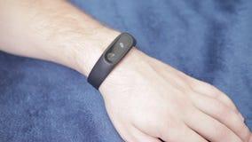 O bracelete da aptidão disponível, notifica que a mensagem veio video estoque