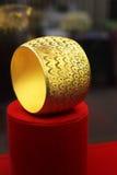 O bracelete do ouro fotografia de stock