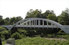 O branco arqueou a ponte em uma estrada traseira no midwest imagem de stock royalty free