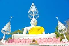 O branco assentou a imagem da Buda e o céu azul no templo tailandês Imagens de Stock Royalty Free