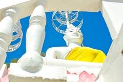 O branco assentou a imagem da Buda e o céu azul no templo tailandês Fotos de Stock