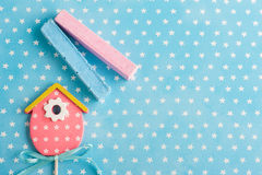 O branco azul stars o fundo com a casa cor-de-rosa do pássaro Fotos de Stock Royalty Free
